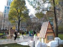 В натуральную величину дома пряника всплывающие в квадрате Madison паркуют Стоковые Фото