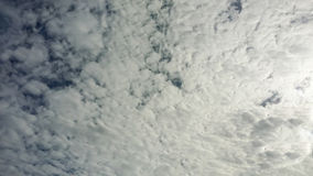 В небе большое облако белых облаков стоковая фотография