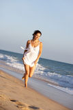 вдоль детенышей женщины лета пляжа идущих Стоковая Фотография RF