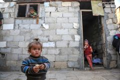 В осажданном Газа, бедность обостряет недоедание ребенка стоковое фото