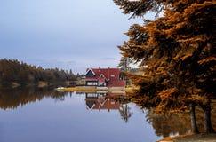 В осени, деревьях, озере и отражении Стоковое Изображение