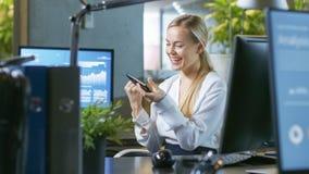 В офисе бизнесмен сидит на его разговаривать стола с его Collea стоковая фотография rf