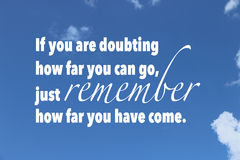 Вдохновляющая цитата на предпосылке голубого неба стоковые фото