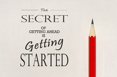 Вдохновляющая цитата: Секрет получать вперед получает начатым стоковое фото rf