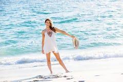 вдоль детенышей женщины пляжа гуляя Стоковые Фото