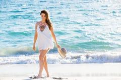 вдоль детенышей женщины пляжа гуляя Стоковое Изображение