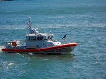 вдоль дороги s бортового u почты страны коробки осени S шлюпка службы береговой охраны на патруле в водах NYC Стоковое фото RF