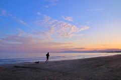 вдоль jog вечера пляжа стоковые изображения