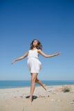 вдоль seashore девушки идущего Стоковая Фотография