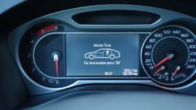 В панели группы автомобиля черточки Спидометр, RPM и тревожное сообщение Стоковые Фото