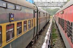 В параллельном мире: Путешествие индийских железных дорог стоковые изображения rf