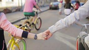 В парах влюбленности задействуя и руках удерживаний в замедленном движении в летнем дне сток-видео