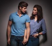 В парах моды влюбленности смотря один другого Стоковое фото RF