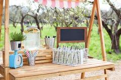 В парке на зеленой лужайке деревянная стойка с лимонадом Прелестная стойка лимонада лета Варить домодельный лимонад в th стоковые фото