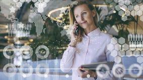 В переднем плане виртуальные диаграммы, диаграммы, диаграммы Работа девушки онлайн Онлайн маркетинг, электронная коммерция, банк Стоковая Фотография RF