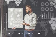 В переднем плане виртуальные диаграммы, диаграммы, диаграммы Человек битника проект маркетинг Стоковое Изображение RF