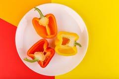 В плите половины зрелых сладостных перцев над взглядом Стоковое фото RF