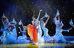 В различных представлениях и с различными выражениями ---Народный танец голубого и белого фарфора Стоковая Фотография RF