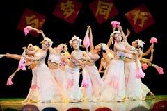 В различных представлениях и с различными выражениями--Народный танец Стоковая Фотография RF