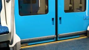 В рамке двери метро сток-видео