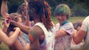 В друзьях высококачественного формата счастливых бросая краску порошка акции видеоматериалы