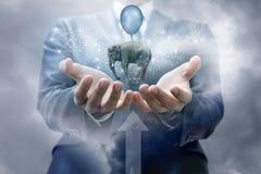 В руках бизнесмена принимает слона на воздушном шаре стоковые фото
