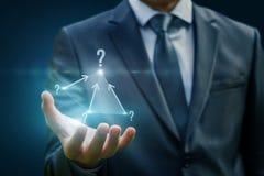 В руках бизнесмена сложная пирамида вопросов Стоковые Фотографии RF