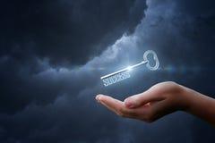 В руке ключ с успехом слов Стоковые Изображения RF