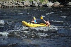 2 в спасательных жилетах и весельной лодке шлемов Стоковое Изображение