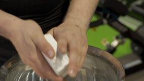 В спортзале руки протертый мел перед подготавливать для тренировки акции видеоматериалы