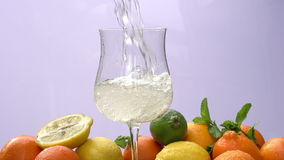 В стеклянном лить лимонаде