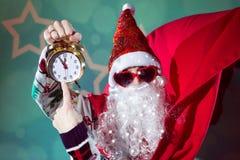 В стиле фанк Санта Клаус с сердцем будильника нося Стоковые Изображения