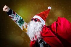 В стиле фанк солнечные очки формы сердца Санта Клауса нося Стоковые Изображения RF
