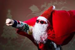 В стиле фанк солнечные очки формы сердца Санта Клауса нося Стоковое фото RF
