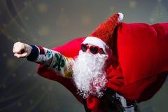 В стиле фанк солнечные очки формы сердца Санта Клауса нося Стоковая Фотография