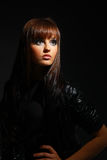 в сторону черные волосы смотря женщину Стоковое Фото