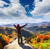 В славном дне осени довольно redheaded девушка на сером камне Стоковые Фото