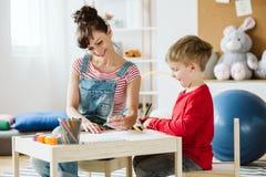 В терапии, ребенк учит навыки которые не приходят естественно из-за ADHD, как слушать и оплачивать внимание лучше стоковое изображение