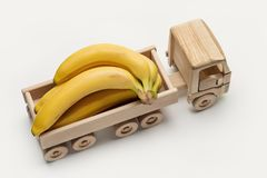 В трейлере автомобиля игрушки, пук зрелых желтых бананов Стоковое Изображение