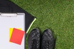 В угле зеленых искусственных вещей дерновины рефери для игры футбола Стоковое Изображение RF