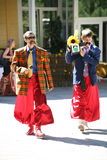 В украинском стиле Эстрадные артисты комедийных актеров актеров в смешных костюмах Стоковые Фотографии RF