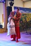 В украинском стиле Эстрадные артисты комедийных актеров актеров в смешных костюмах Стоковое фото RF