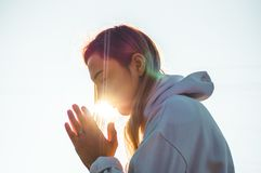 В утре девушка закрыла ее глаза, моля outdoors, руки сложенные в концепции молитве для веры, духовности, концепции вероисповедани стоковые фотографии rf