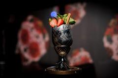 в форме Ананас стекло металла заполнило с свежим и сладостным коктеилем лета mojito стоковое изображение rf