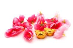 в форме Ботинк золотой ингот (юань Bao) и цветки сливы Стоковые Фотографии RF
