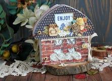 В форме дом scrapbook с кирпичными стенами и черной крышей Стоковые Фото