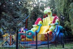 в форме Дракон скольжение для детей в парке стоковое фото