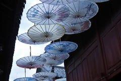 в форме Зонтик украшения в древнем городе Lijiang, Юньнань, Китая стоковая фотография rf
