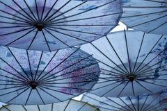 в форме Зонтик украшения в древнем городе Lijiang, Юньнань, Китая стоковые фото