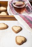 в форме Сердц печенья и чай на день ` s валентинки St Стоковые Изображения